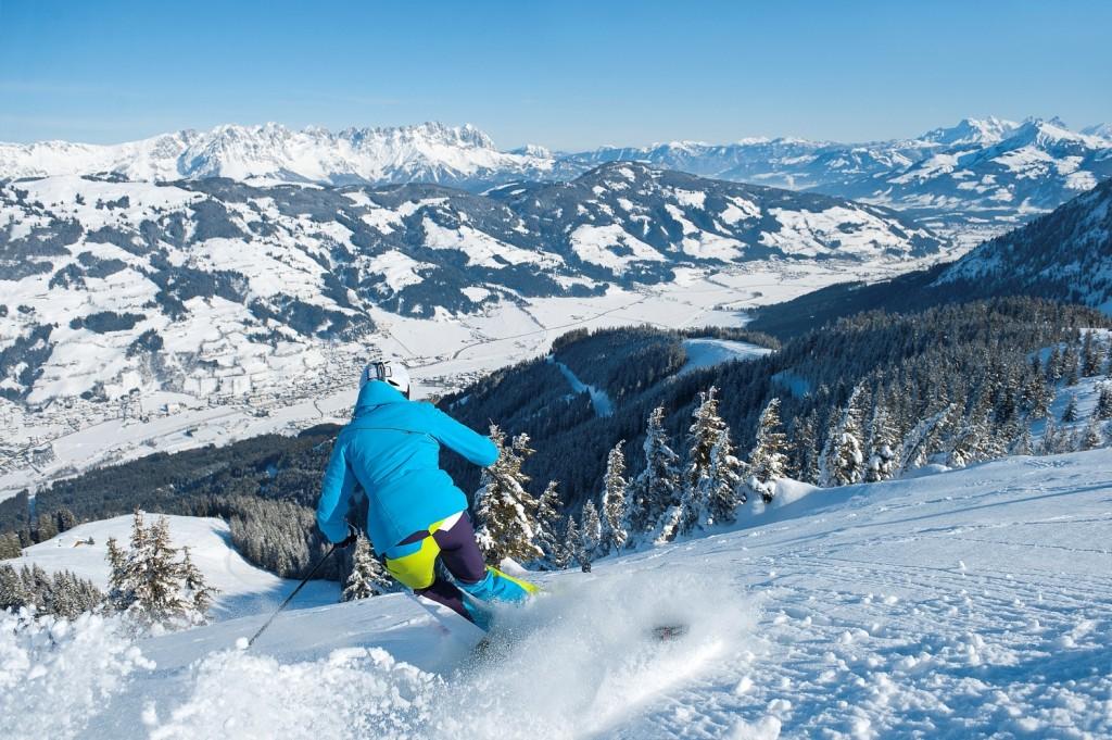 Skifahrerin_Tiefschnee_Choralpe_SkiWelt@Fotograf_StefanEisend_TVB_Brixental